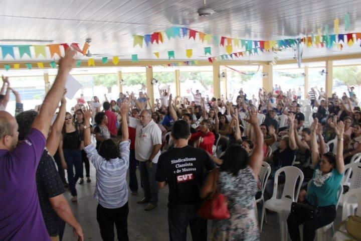 Há 35 dias parados, professores da rede estadual de ensino mantêm greve