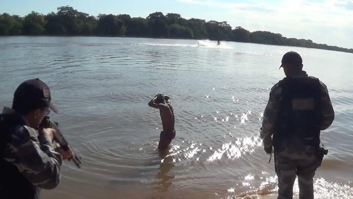 Homem rouba celular na avenida Maranhão, tenta fugir nadando no rio Parnaíba, mas é preso
