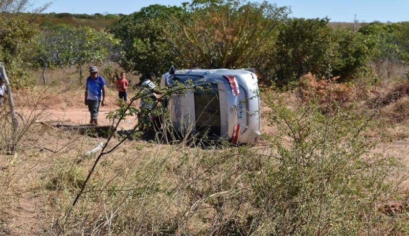 Carro tomba e mulher sofre ferimentos leves