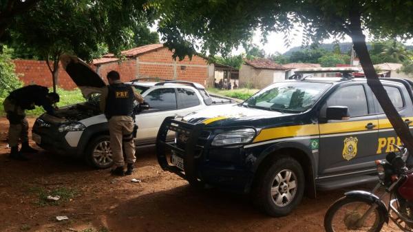 PRF apreende carro roubado sendo usado por ex-prefeito de município do Piauí
