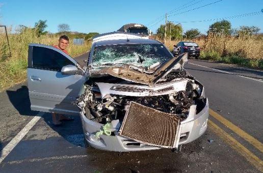 Empresário fica em estado grave ao colidir com caminhão