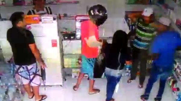 Vídeo: Dupla rende e assalta funcionários e clientes em farmácia no interior do Piauí