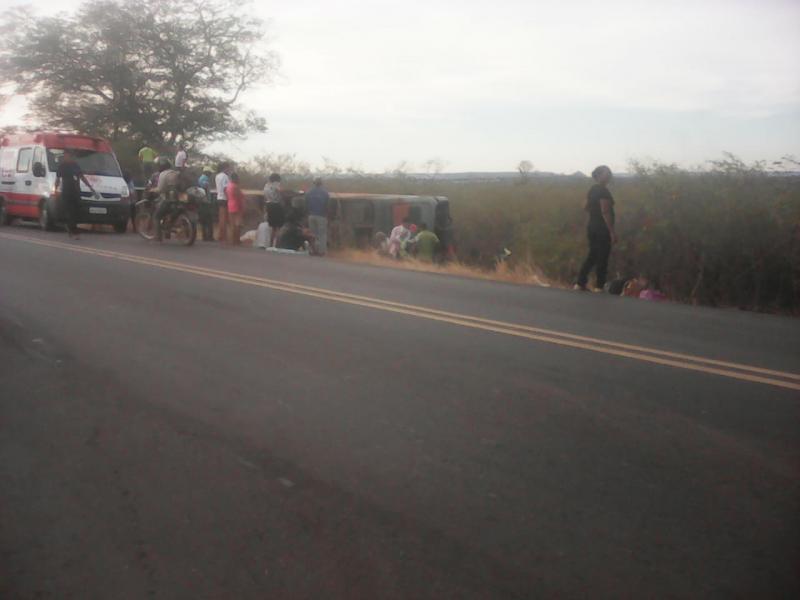 Uma pessoa morre e dezenas ficas feridas após ônibus tombar na BR-135 no Sul do Piauí