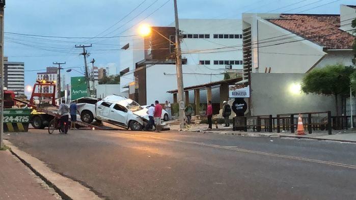 Motorista perde controle de caminhonete e colide e clínica