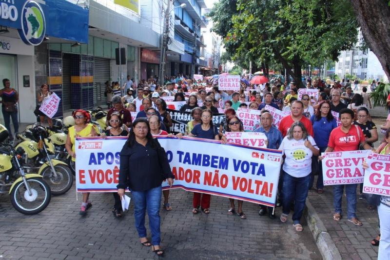 Professores da rede estadual de ensino realizam manifestação no centro de Teresina