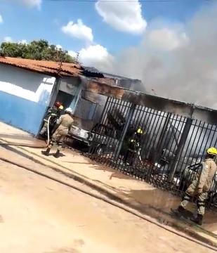 Incêndio em oficina atinge quatro veículos na zona Sul de Teresina