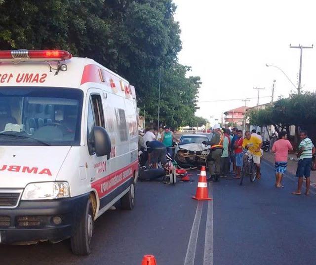 Colisão entre moto e carro deixa um homem gravemente ferido