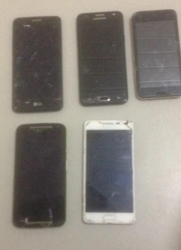 Polícia prende dois suspeitos por roubo de celular