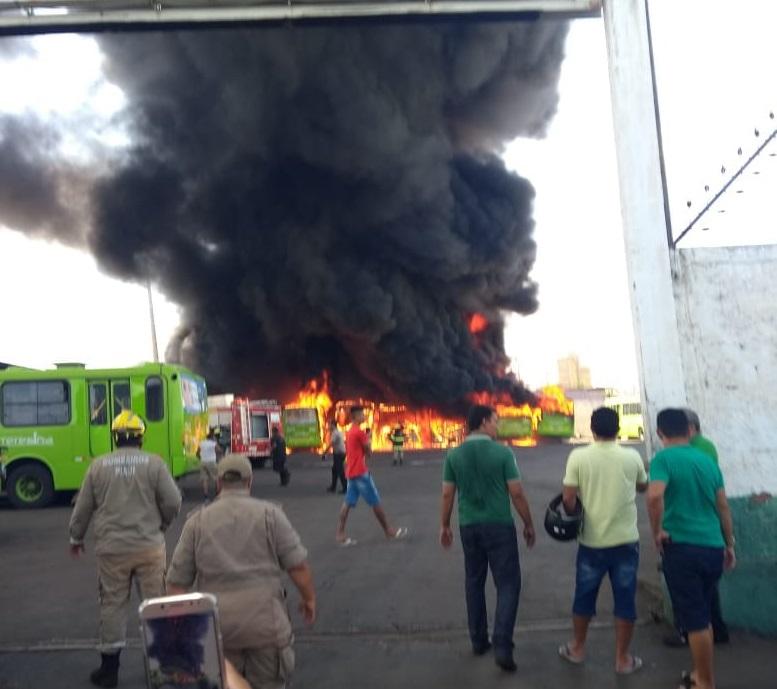 Incêndio destrói ônibus em garagem na zona Sul de Teresina