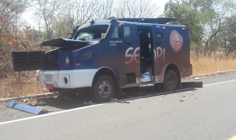 Bandidos explodem carro-forte e atiram contra seguranças no interior do Piauí