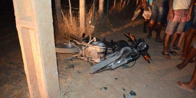Jovem morre após colidir motocicleta contra poste