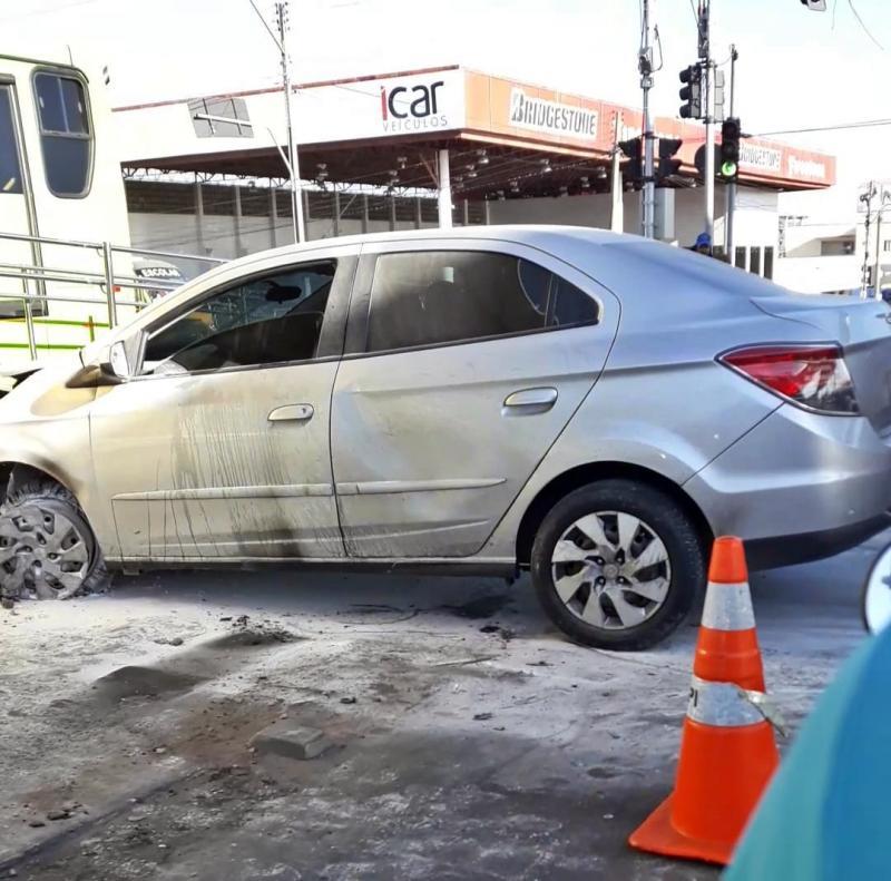 Carro colide em bomba de combustível e pega fogo na zona Sul de Teresina