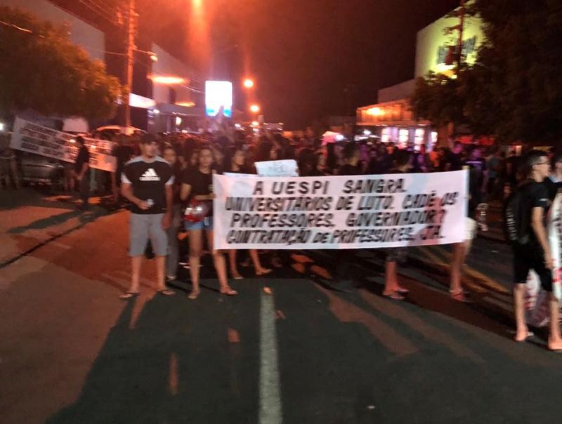 Wellington Dias é recebido com protestos de estudantes em Floriano