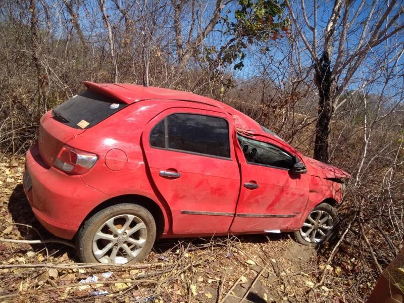 Pai morre e outro fica ferido após veículo sair da pista e colidir em árvore
