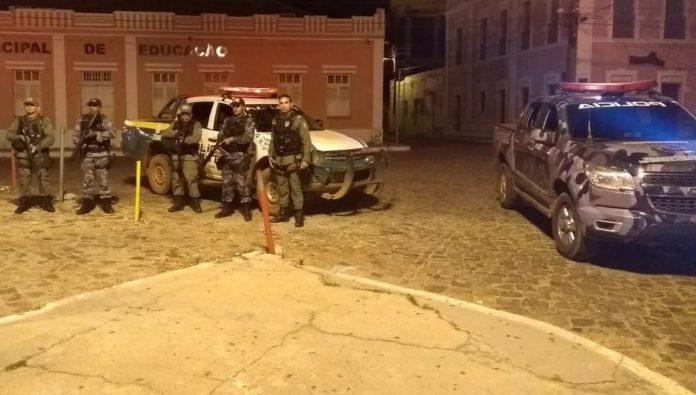 Polícia aborta assalto a banco e viatura tem pneus furados em perseguição