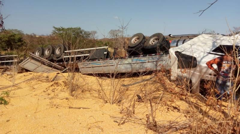Carreta de milho tomba e criança de 2 anos morre no trecho da BR-135