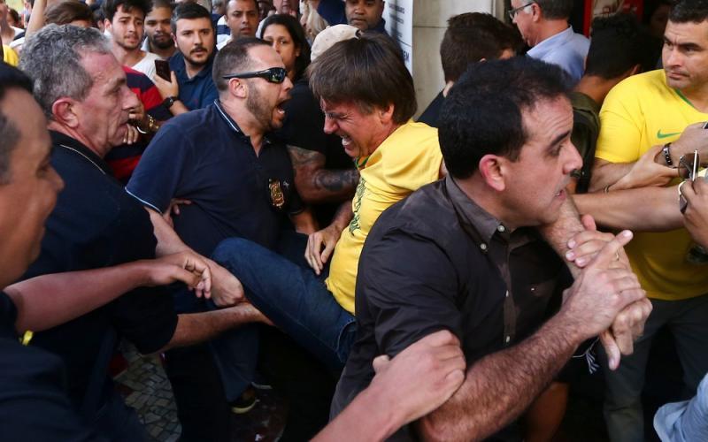 Jair Bolsonaro é esfaqueado durante campanha na rua em MG; vídeo mostra agressão