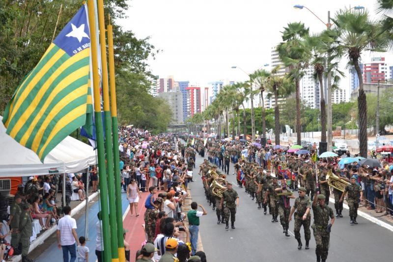 Teresinenses acompanham desfile de 7 de Setembro na Marechal