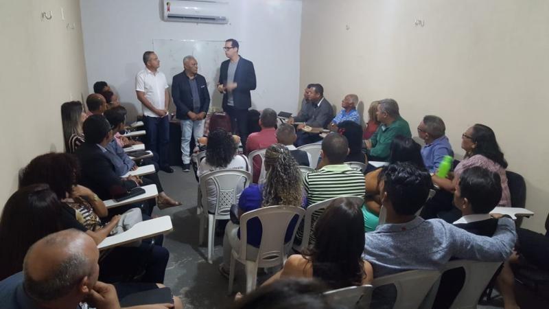 Valter Alencar se reúne com líderes religiosos em igreja no bairro Dirceu