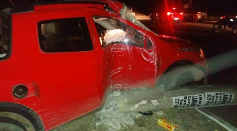 Assaltante colide carro em poste na Avenida Maranhão