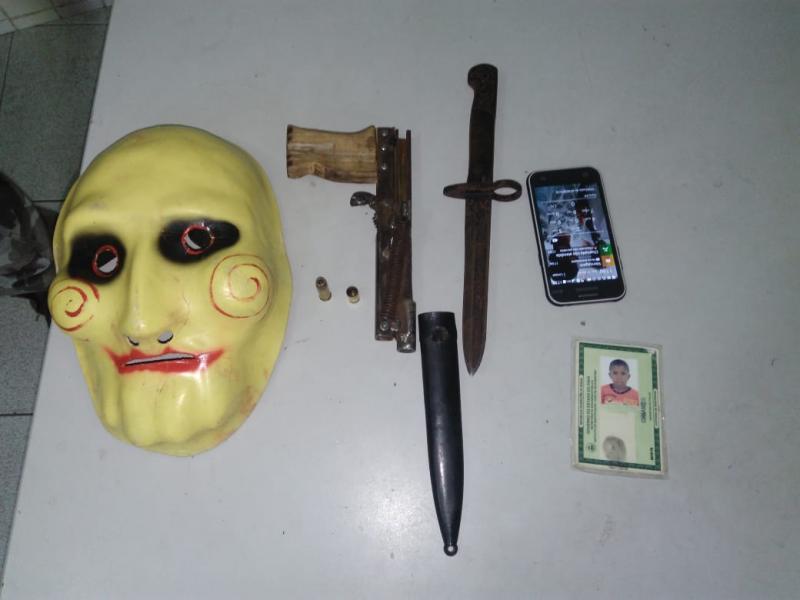 Homem é preso por porte ilegal de arma e com máscara de palhaço na zona norte