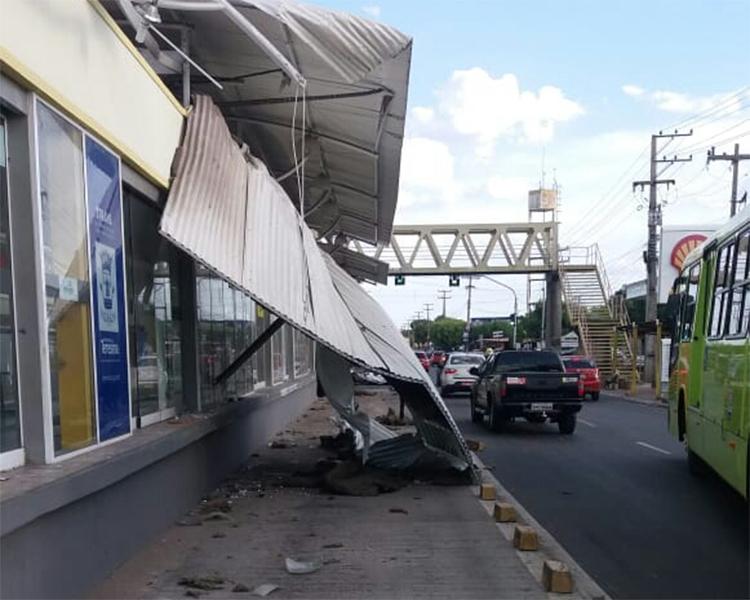 Motorista embrigado perde o controle de caminhão e danifica teto de estação de ônibus