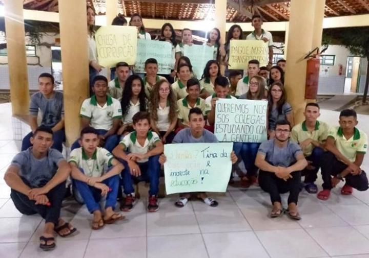 Estudantes de Lagoa do Piauí realizam protesto contra falta de transporte escolar