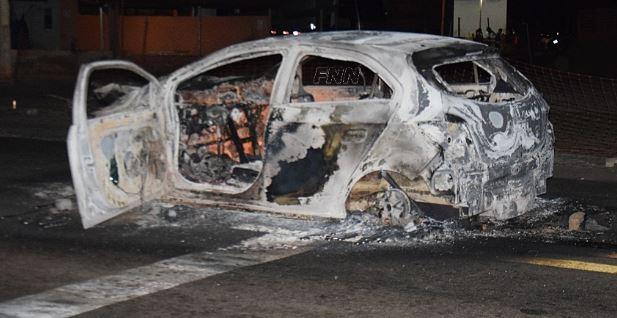 Carro bate na traseira de caminhão e pega fogo em Paulistana