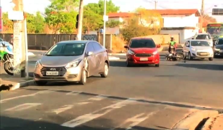 Casal fica ferido em acidente com carro em cruzamento na zona norte