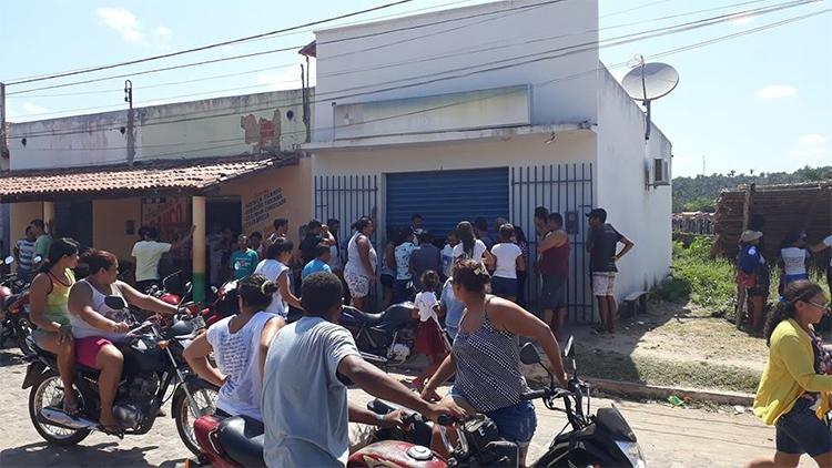 Homens encapuzados realizam assalto em agência lotérica e fazem dois de reféns
