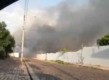 Incêndio atinge depósito de seguradora e ameaças casas na zona Leste de Teresina