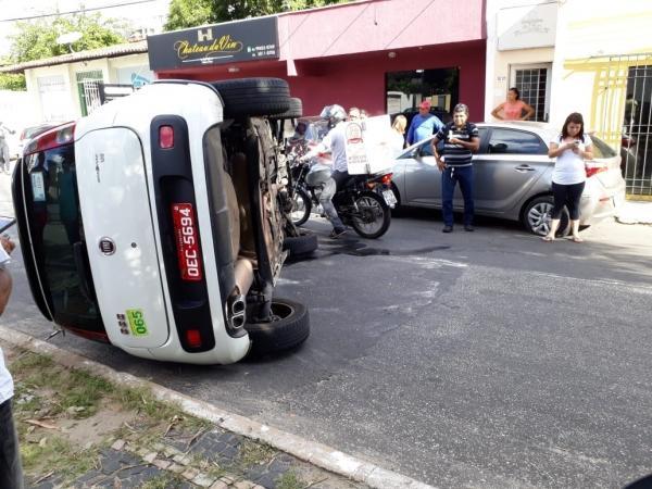 Taxi capota, colide com dois veículos e deixa mulher ferida na zona Leste
