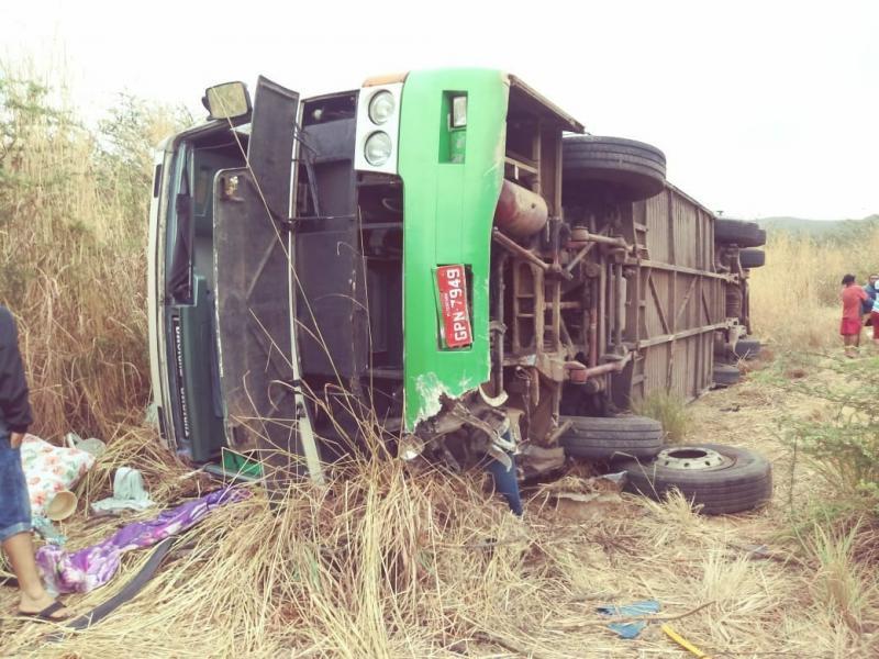 Ônibus que saiu de Timon com romeiros vira e deixa dois mortos no CE