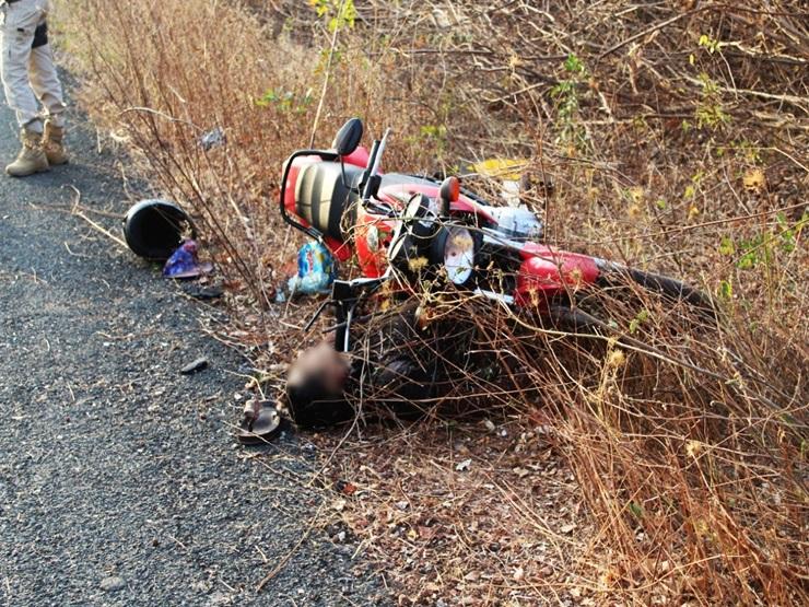 Motociclista morre ao colidir com sinalização lateral da BR-402