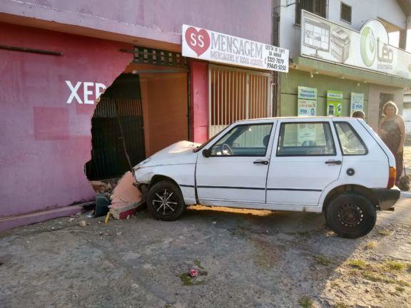 Carro desgovernado destrói muro de estabelecimento em Parnaíba