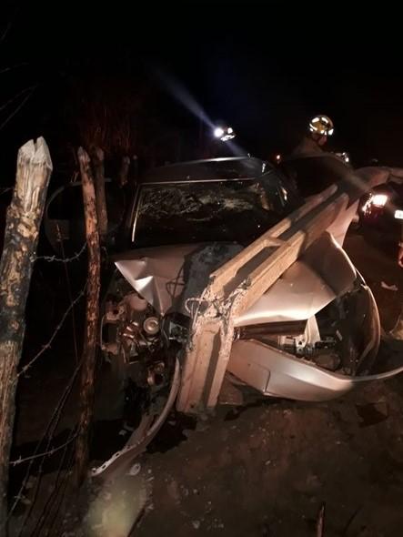 Homem colide carro em poste e três pessoas ficam feridas