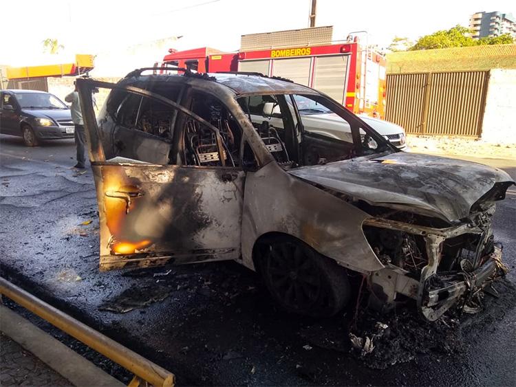 Carro pega fogo na zona leste de Teresina