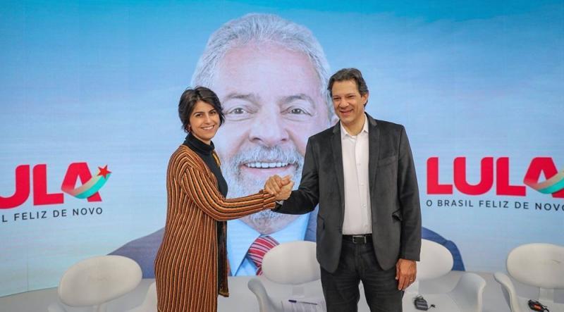 Haddad tira Lula e reduz cor vermelha de material de campanha
