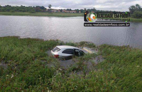 Suspeitos roubam carro e na fuga caem dentro de açude no Piauí
