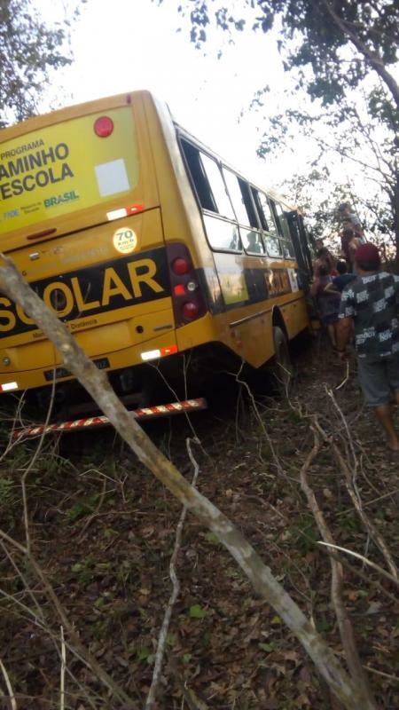 Acidente com ônibus escolar deixa 18 pessoas feridas na BR-343 no Norte do Piauí