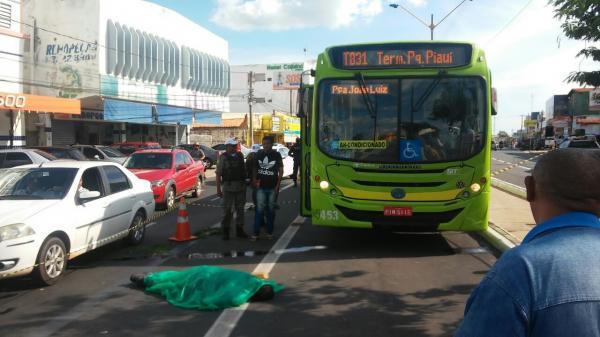 Homem é atropelado em corredor exclusivo de ônibus na Miguel Rosa