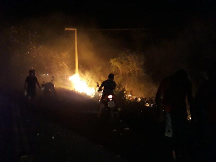 Carro pega fogo após a colisão na PI 113