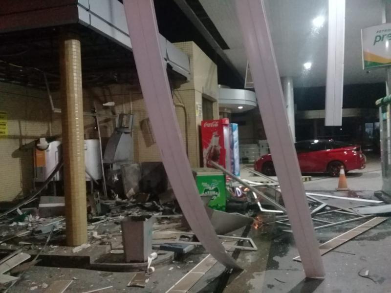 Quadrilha faz funcionário refém e explode caixa eletrônico em Posto de Combustível no Piauí