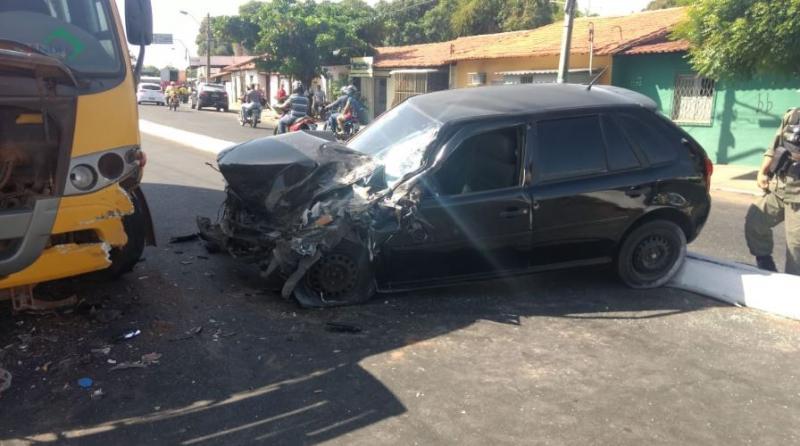 Duas pessoas ficam feridas em colisão entre carro e micro-ônibus
