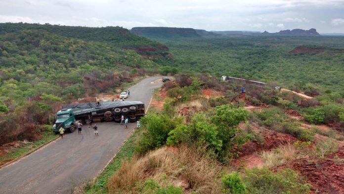 Carreta carregada com milho tomba no sul do Piauí