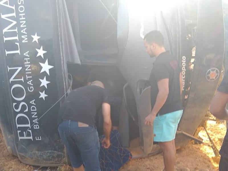 Ônibus de banda de forró vira no Piauí e resulta na morte de uma pessoa