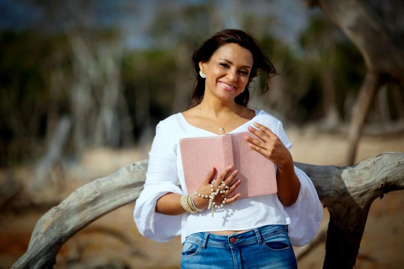 Jornalista Letícia Pereira lança livro voltado para o público feminino