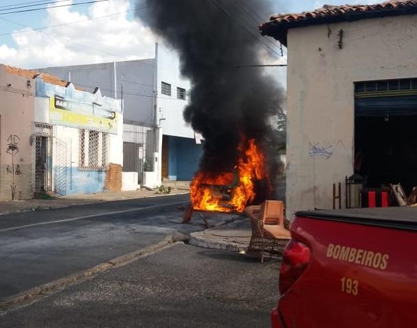 Veículo incendeia próximo a escolas no Centro de Teresina