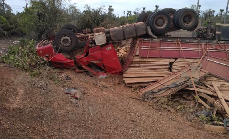 Motorista perde controle de caminhão e tomba na PI-114, em Campo Maior