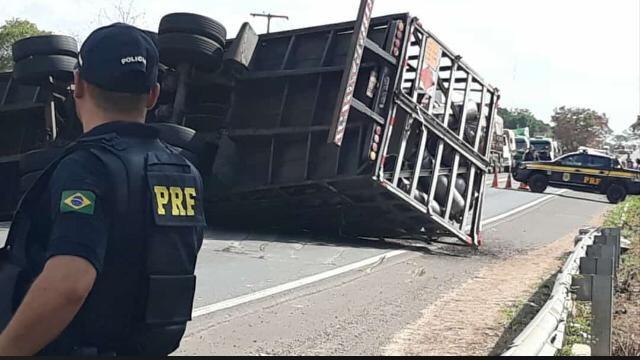 Caminhoneiro morre ao capotar carreta na BR-343 em Piripiri